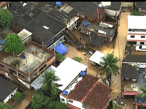 Ruas alagadas em Xerém (Foto: Reprodução/ TV Globo)