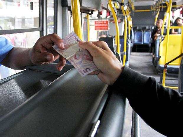 Passageiro paga passagem em ônibus urbano em Brasília; entidade do setor de transportes aponta queda no número de passageiros transportados em todo o país (Foto: Andre Borges/Agência Brasília)