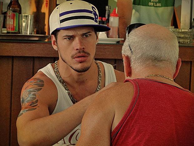 Ele fica chocado e diz que vai pensar na proposta (Foto: Avenida Brasil/ TV Globo)
