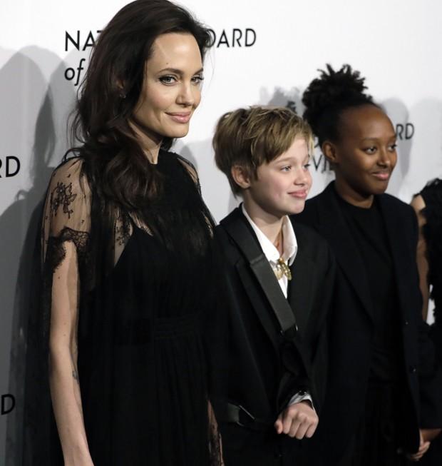 Angelina Jolie e as filhas Shiloh e Zahara (Foto: BackGrid)