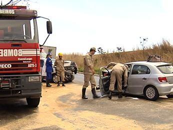 Acidente na GO-020 mata mulher e deixa dois feridos, em Goiânia (Foto: Reprodução/TV Anhanguera)