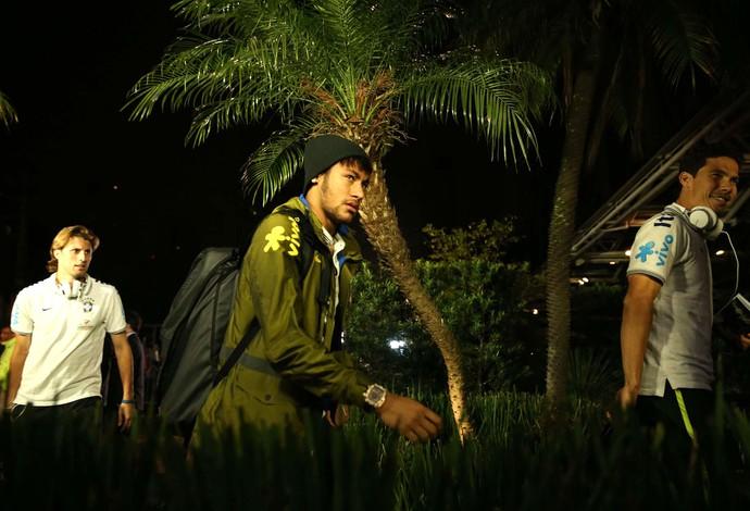 Neymar chegada da seleção no hotel em São Paulo (Foto: Marcos Ribolli / Globoesporte.com)