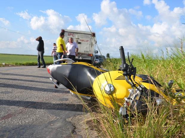 Motociclista colidiu com carro na PB-0025 e morreu na hora (Foto: Walter Paparazzo/G1)