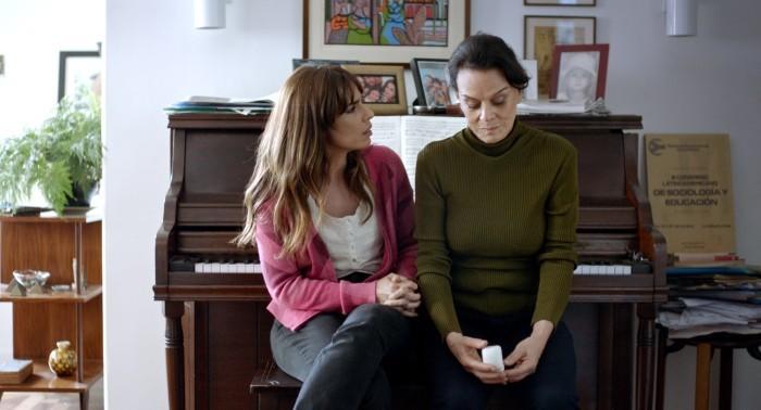 Maria Ribeito e Clarisse Abujanra numa cena de Como nossos pais, que fala do conflito de filha e mãe (Foto: Reprodução)
