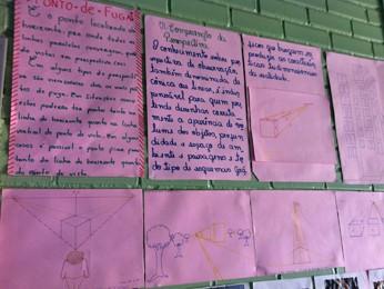 Cartazes colocados em parede da escola que funciona na Unidade de Internação do Recanto das Emas, no Distrito Federal (Foto: Raquel Morais/G1)