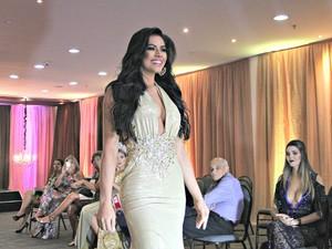 Candidata Brena Dianná desfila  (Foto: Gabriel Machado/G1 AM)