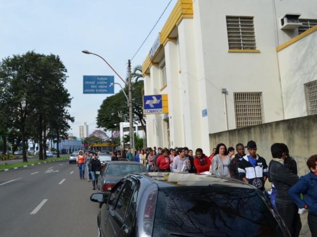 Fila para efetivar a matrícula nos cursos técnicos oferecidos pelo Pronatec viravam o quarteirão (Foto: Fernanda Zanetti/G1)