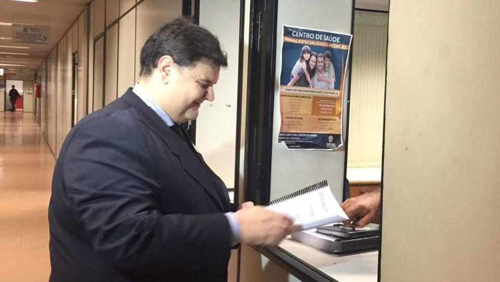 Vereador Vinicius Siqueira protocolou na Assembleia Legislativa uma denúncia de crime de responsabilidade  contra o governador Reinaldo Azambuja (Foto: Cláudia Gaigher/TV Morena)