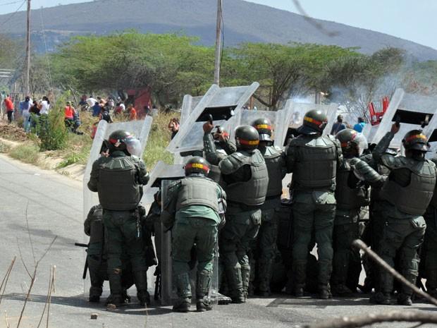 Familiares de prisioneiros protestam do lado de fora da cadeia de Uribana (Foto: AFP)