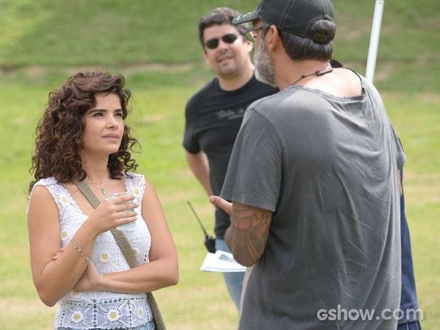 Vanessa Giácomo recebe as orientações do diretor (Foto: Raphael Dias/TV Globo)