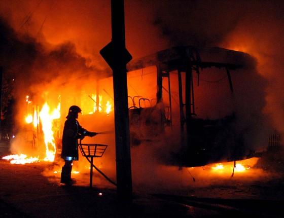 Coletivo da empresa Circular Santa Luzia, que supostamente foi incendiado por membros do Primeiro Comando da Capital (PCC), na rua César Pupim, no bairro João Paulo II. (Foto: Ferdinando Ramos/ Agência Estado)