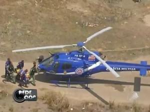 Vítima do acidente é resgatada em Salvador (Foto: Reprodução/TV Bahia)