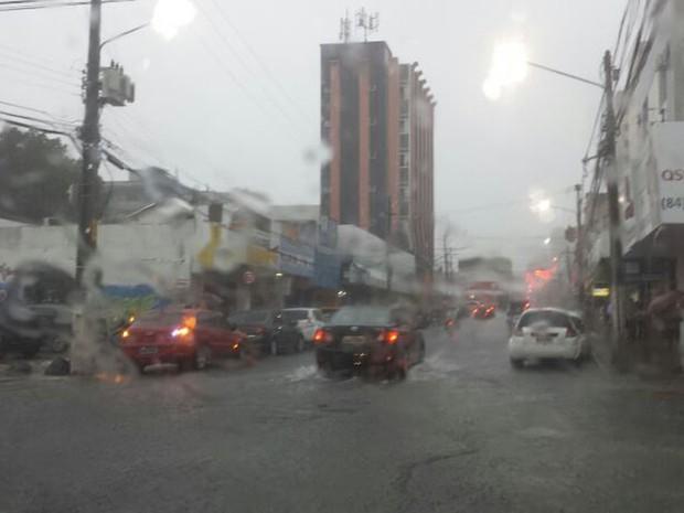 Motoristas enfrentam dificuldades para dirigir por Natal, após a chuva desta quarta-feira (Foto: João Gabriel Castro/G1)