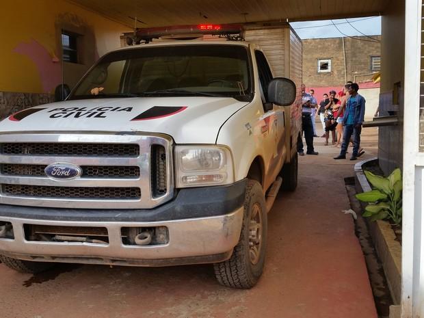 Rabecão do Instituto Médico Legal faz a remoção do corpo na recepção do motel em Porto Velho (Foto: Toni Francis/G1)
