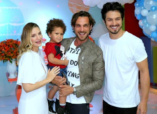 Igor Rickli e o filho, Antonio, posam com Nilma e Romulo Estrela (Foto: AgNews)