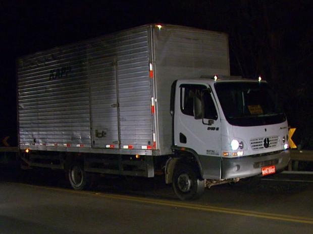 Caminhão bate em três carros na BR-491 em Varginha, MG (Foto: Reprodução EPTV)