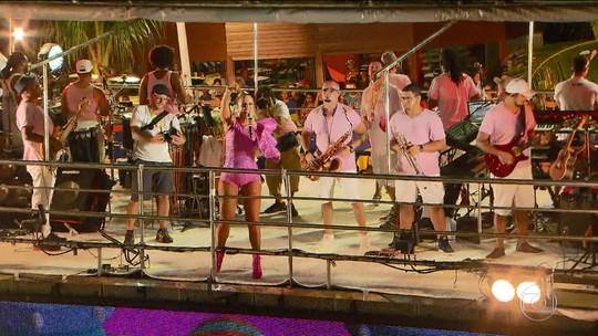 No carnaval baiano, a altura do trio elétrico não afasta o artista do público