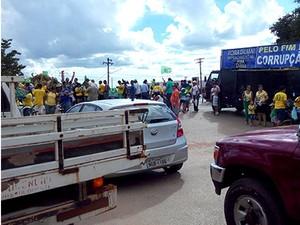 Manifestantes saíram em carreata e depois se concentração em praça da cidade (Foto: João Alexandre Fonseca/Arquivo Pessoal)
