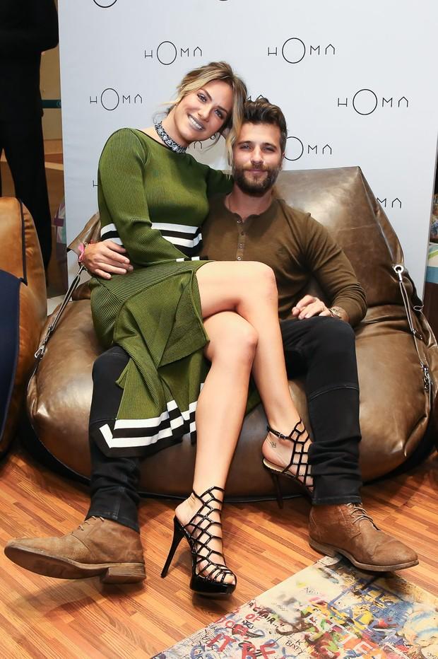 Bruno Gagliasso e Giovanna Ewbank trocam beijos em shopping  (Foto:  Raphael Castello/AgNews)