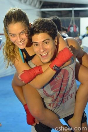 Arthur e Isabella brincam na aula de luta (Foto: Raphael Dias / TV Globo)