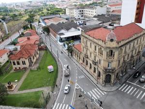 Em parada no Palacete Scarpa, tocha pegará carona em bicicleta  (Foto: Assis Cavalcante)