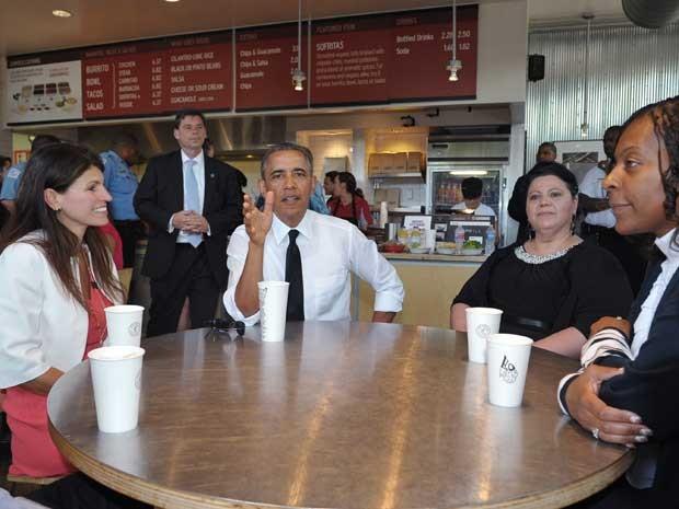 O presidente dos EUA, Barack Obama, almoça burritos acompanhado de funcionários, em um restaurante de comida mexicana em Washington. (Foto: Mandel Ngan / AFP Photo)