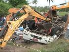 Caminhão carregado de feijão tomba e duas pessoas morrem na Bahia