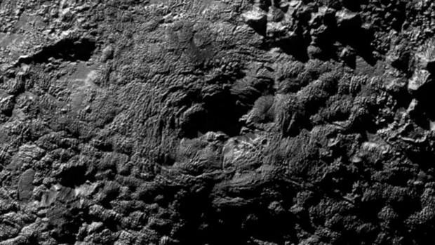 """Wright Mons, um dos dois possíveis """"vulcões de gelo"""", foi localizado ao sul da planície de Sputnik  (Foto: NASA/JPL-JHU/SWRI)"""
