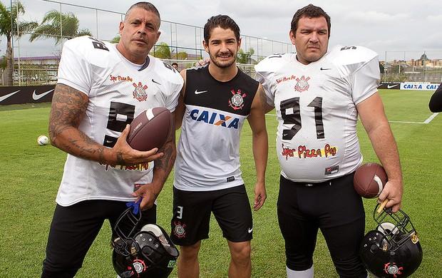 Alexandre Frota com Pato no treino do Corinthians Futebol Americano (Foto: Daniel Augusto Jr. / Ag. Corinthians)