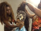 Juliana Alves se arruma em camarote para desfile da Unidos da Tijuca