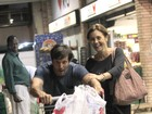 Adriana Esteves e Vladimir Brichta se divertem em supermercado