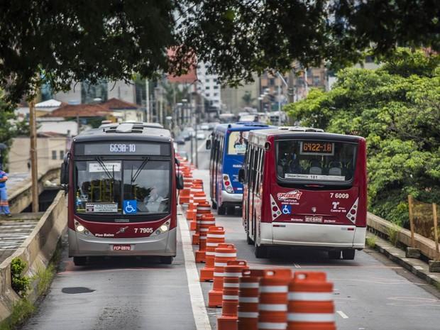 O viaduto Santo Amaro, na Zona Sul de São Paulo, é reaberto inicialmente apenas para tráfego de ônibus, após a Prefeitura descartar a demolição da estrutura (Foto: Chello Fotógrafo/Futura Press/Estadão Conteúdo)