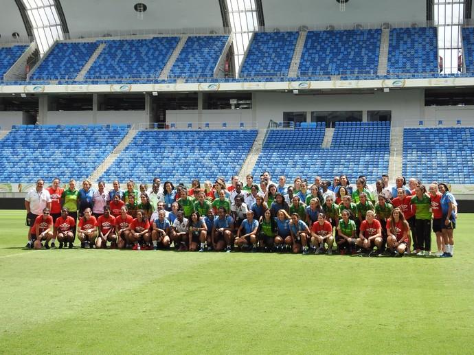 Todas as atletas se reúnem no meio do campo (Foto: Cíntia Barlem)