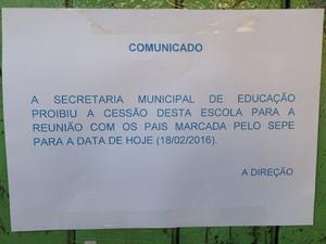 Cartaz colado em frente a unidade informava que as reuniões haviam sido impedidas (Foto: Assessoria Sepe Lagos)