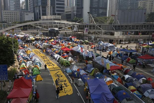 Tendas de manifestantes pró-democracia são vistas em área ocupada no centro de Hong Kong nesta terça-feira (9) (Foto: Kin Cheung/AP)