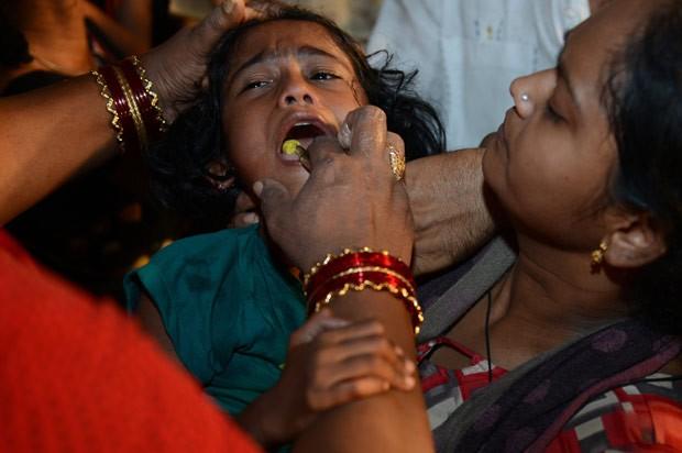 Segundo crença, tratamento ajuda a curar asma e outros distúrbios (Foto: Noah Seelam/AFP)