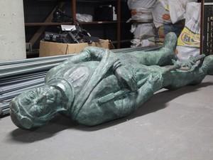 Estátua do 'Soldado Ferido' foi encontrada dentro de caçamba de lixo em Santos (Foto: Carol Fariah / Prefeitura de Santos)