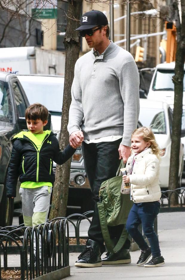 Tom Brady com os filhos Benjamin e Vivian, de seu casamento com Gisele (Foto: The Grosby Group)