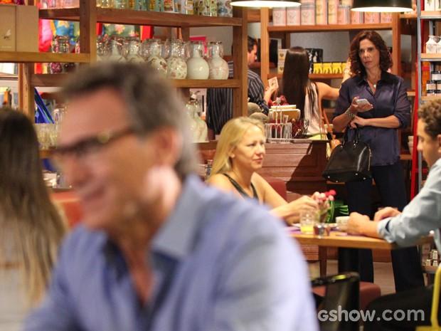Branca não gosta de ver Ricardo com Chica (Foto: Carol Caminha/TV Globo)