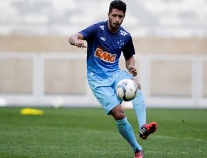 Léo, zagueiro do Cruzeiro, em treino no Mineirão (Foto: Washington Alves/Light Press)