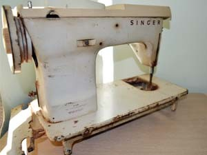 Primeira máquina de costurar que o 'Zé Carcinha' usou em Juruaia (Foto: Samantha Silva / G1)