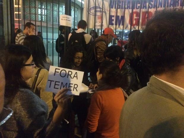 Manifestantes ocuparam andar do Ministério da Saúde no Rio (Foto: Alessandro Ferreira/G1)
