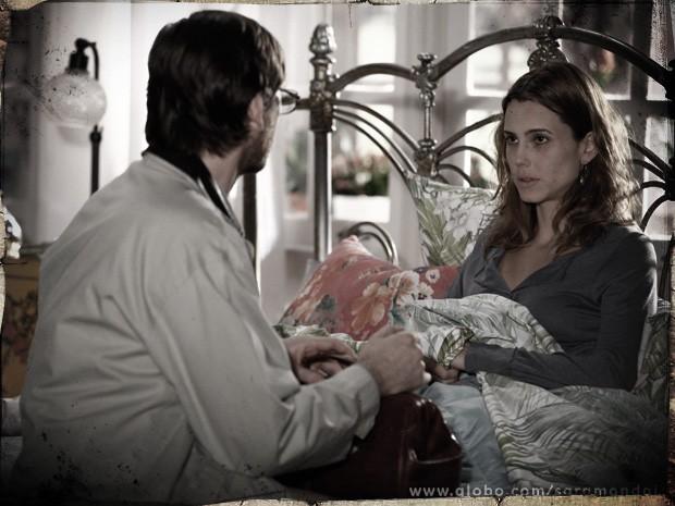 Laura conta a Rochinha que foi garota de programa  (Foto: TV Globo/ Saramandaia)