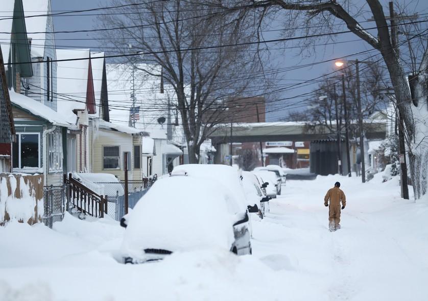 O estado de Nova York é acometido por intensa nevasca. Na cidade de Bufallo, rua residencial ficou intransitável. Em alguns locais, acúmulo de neve passou dos 2 metros de altura