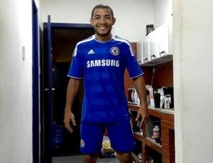 Josè Aldo uniforme do Chelsea. (Foto: Rperoducao / Facebook)