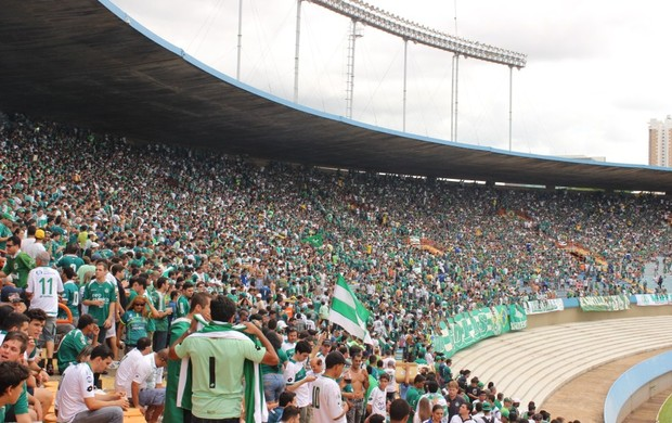 Torcedores do Goiás (Foto: Daniel Mundim/GLOBOESPORTE.COM)