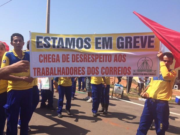 Cerca de 25 trabalhadores pediam por reajuste e pelo fim da corrupção (Foto: Mariane Peres/ G1)