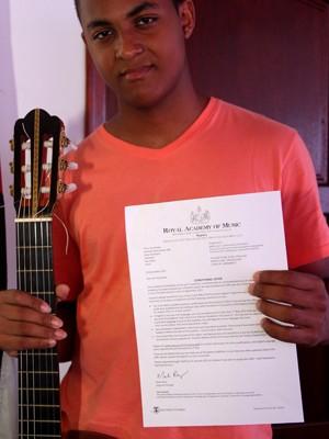 Músico exibe a carta que recebeu da Royal Academy of Music (Foto: Divulgação / Prefeitura de Itanhaém)