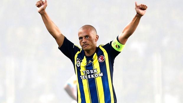 Alex comemora gol do Fenerbahçe sobre o Olympique de Marseille (Foto: Reuters)
