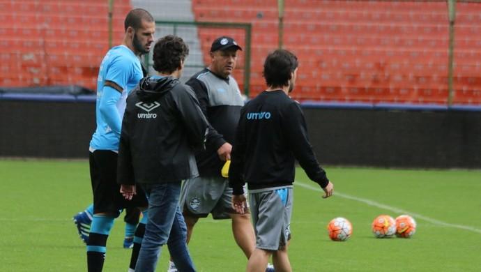 Fred conversa com médicos do Grêmio no Estádio Casa Blanca, em Quito (Foto: Eduardo Moura / GloboEsporte.com)